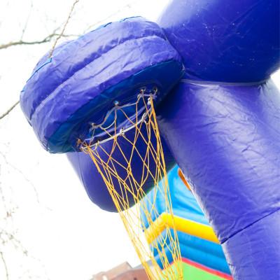 Wie scoort het meeste punten door de bal in het basketnet te werpen? Je tegenstander trekt echter ook aan het bungeetouw. Net gemist?? Opnieuw dan maar...