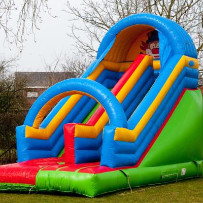 Mooie slide waar elk kind uren van kan genieten! Heel populair kasteel dat nooit verveelt. Vooral geschikt voor buitenverhuur vanwege de hoogte!