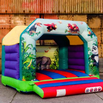 Tof en kleurrijk overdekt springkasteel met junglemotief in full-colorprint waarop kinderen van alle leeftijden zich goed voelen. Kan voor zowel binnen als buiten gebruikt worden.