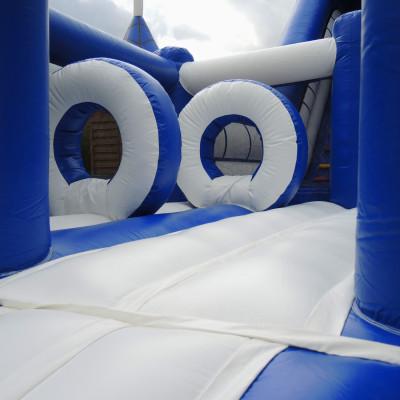 Onze superglijbaan met extra speelbed vooraan …….Steeds een topper op elk kinderfeest. Geschikt voor zowel grotere als kleinere feesten of evenementen. Zowel binnen als buiten maar let binnen echter wel op de hoogte! LET OP: weegt 300 kg. Kan niet door een deur en, niet op trappen.