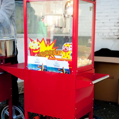 Een echte professionele popcornmachine met wagentje, inclusief 50 porties popcorn. Zout of zoet: aan u de keuze. Handleiding en uitleg wordt voorzien door onze medewerker. Makkelijk in gebruik.