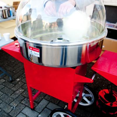 Een echte professionele suikerspinmachine met wagentje inclusief 50 porties suikerspin in alle kleuren aan u de keuze. Handleiding en uitleg wordt voorzien door onze medewerker. Makkelijk in gebruik.